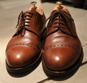 ジャランスリウァヤのクォーターブローグ革靴革靴