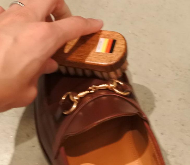 ジャランスリウァヤの革靴 ブラシ