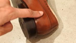 ジャランスリウァヤの革靴にワックス塗り