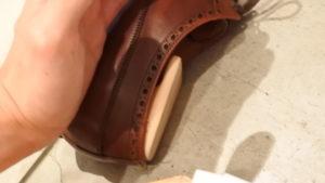ジャランスリウァヤの革靴をハンドポリッシュ