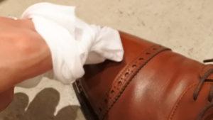 ブートブラック ポリッシュクロスで革靴磨き