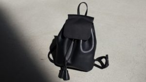 ミニマムなデザインのレザーバッグ
