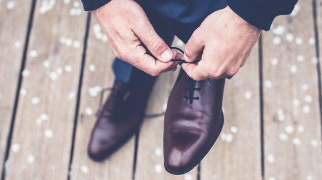 靴紐を結ぶ